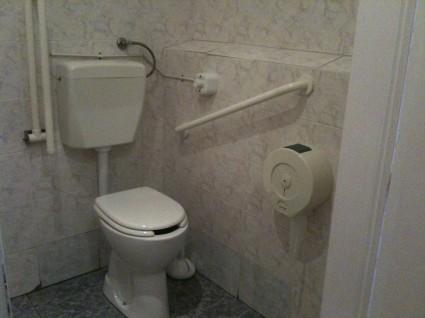 il bagno è perfettamente accessibile, l'entrata del ristorante ...