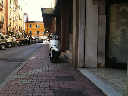 foto scooter su marciapiede