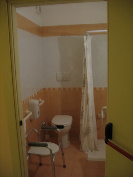 foto bagno accessibile follonica